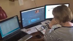 Anice Clément travaille sur le montage d'un film documentaire